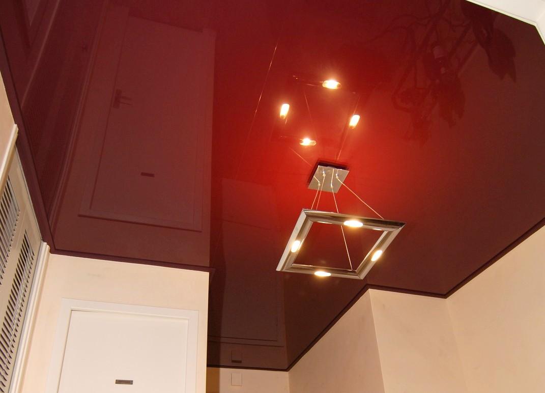 Plafond tendu laqué noir et laqué rouge