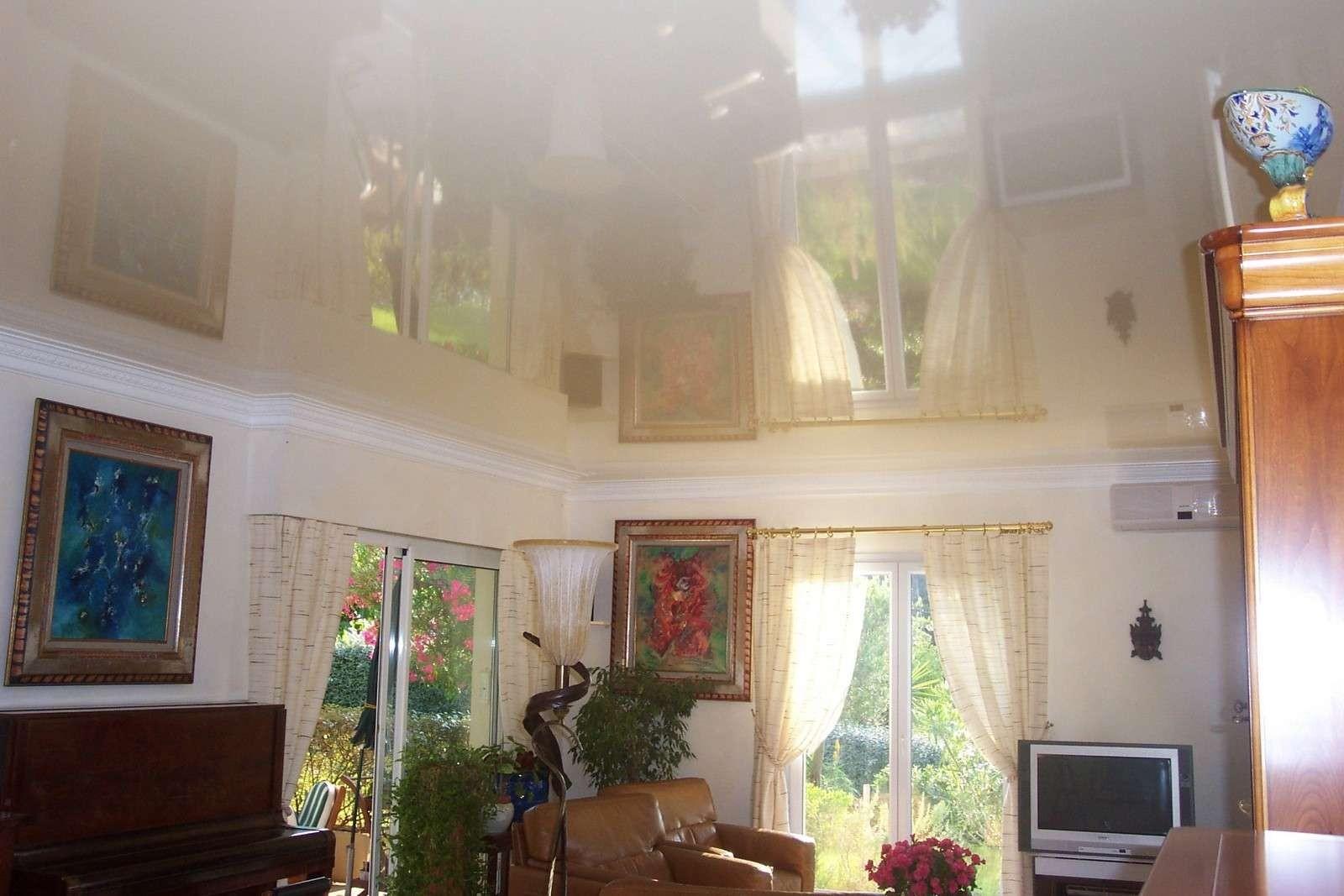 Plafond tendu laqué et lumineux dans une cuisine